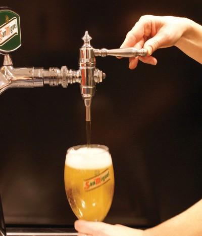 3. Mot slutten av tappingen rettes glasset opp.